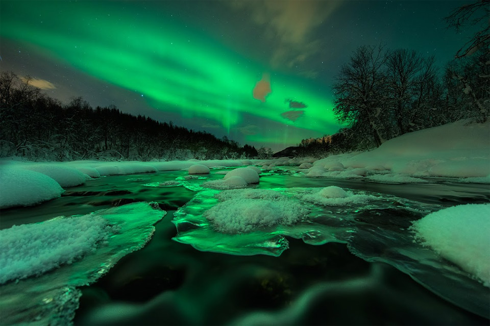 15aurora-shines-over-river-norway
