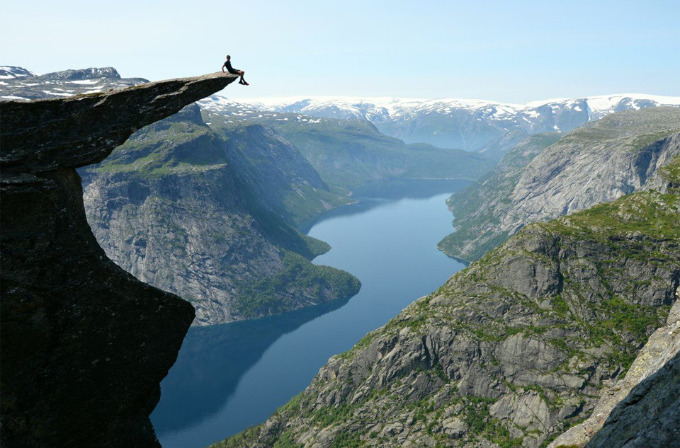 6sitting-on-the-edge-of-trolltunga -norway