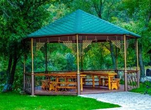 Беседки у озера. Отель Адиюх-Пэлас. Карачаево-Черкессия. Хабез.