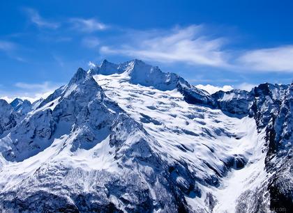 Горные лыжи. Сноуборд. Отдых в горах зимой. Отель Адиюх-Пэлас. Хабез, Карачаево-Черкесия.