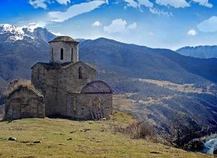 Отель Адиюх-Пэлас. Хабез, Карачаево-Черкесия. Отдых в горах Северного Кавказа весной.