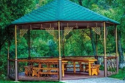 Беседка с мангалом для гостей отеля Адиюх-Пэлас. Карачаево-Черкессия, Хабез.