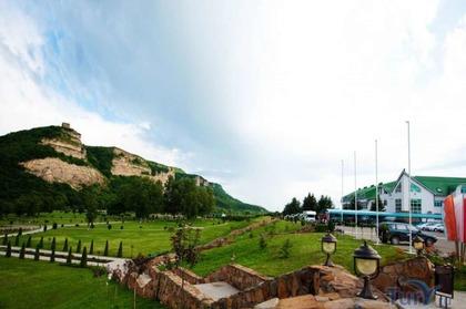 Деревянные домики у горного озера. Отель Адиюх-Пэлас. Северный Кавказ.