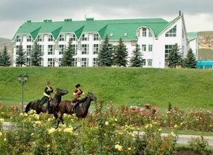 Ресторан Минара Кавказской и Европейской кухни в горах Северного Кавказа. Панорамные окна с видом на горы. Отель Адиюх-Пэлас.