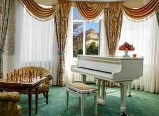 Отель Адиюх-Пэлас в горах Северного Кавказа с европейским уровнем обслуживания. Лобби-бар.